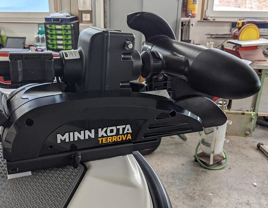 Minn Kota Terrova Bugmotor montiert an Fischerboot Terhi in Werkstatt