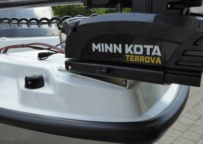 Minn Kota Terrova Bugmotor montiert an Fischerboot Silver FOX Avant