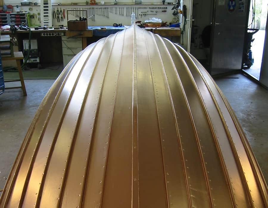 Klinkerplanken an einem Ruderboot repariert