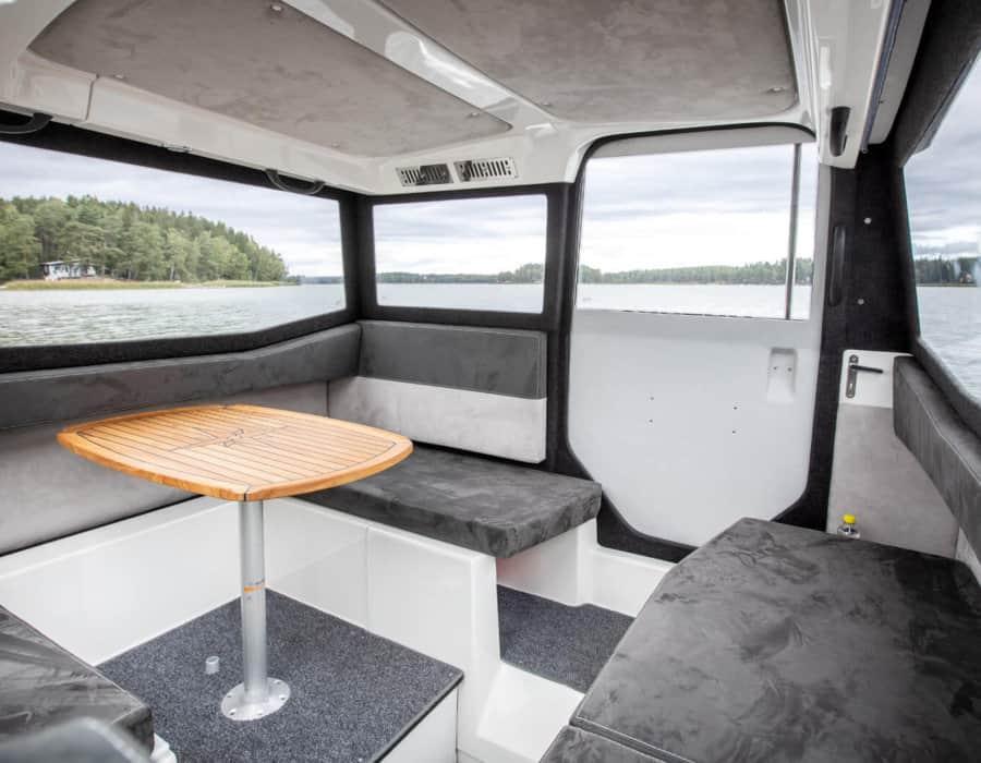 Kabinenboot innen mit geschlossener Schiebetüre